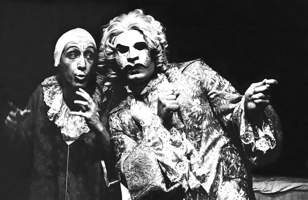 En la foto en blanco y negro un joven Moises Kaufman interpreta a Moliere en la Sala Thespis de la Unimet